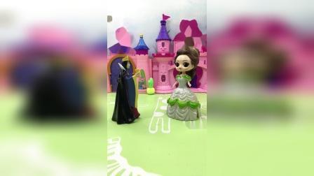 白雪跟王子在一起玩,贝尔看见生气,跑来告诉母后