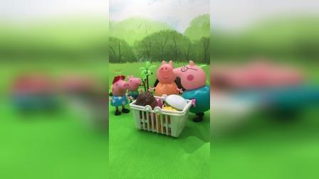 小猪一家出来野餐,猪爸爸提议先跑步,佩奇说爸爸最该跑步