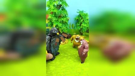 怪兽要教训熊二,原来是熊二把怪兽的拼图弄乱了,熊二把拼图拼好了怪兽才放他走