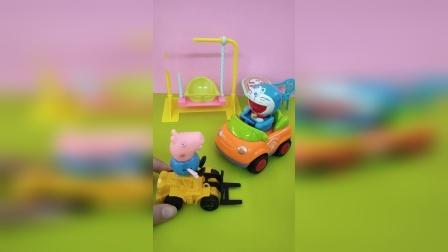 乔治和哆啦A梦开着新玩具车去玩