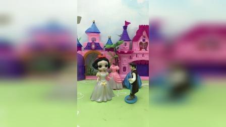 王子送白雪裙子,贝尔看见生气了