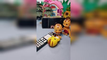 麦琪和大宇抢遥控器,结果电视坏了,小萌鸡找鸡妈妈告状