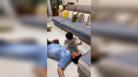 哥哥假装突然晕倒,想试探一下26个月的弟弟啥反应