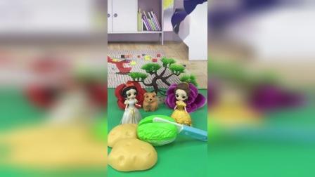 白雪公主在玩切土豆,贝尔也来玩切白菜,白雪把玩具借给贝尔