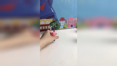 佩奇不小心把恐龙扔到树上去了