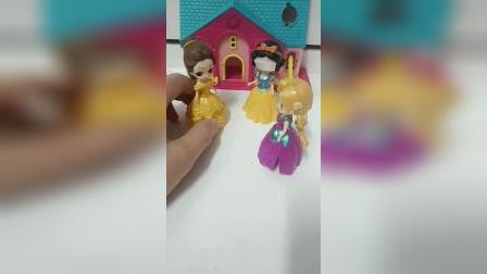 少儿玩具:贝儿把白雪打伤了