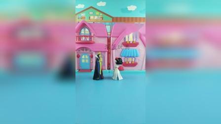 王后决定把王位传给白雪,王后说贝儿不孝顺