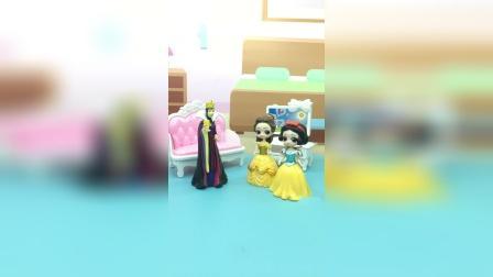 王后回家卸了妆,白雪和贝儿并不认识她了,认为她是小偷