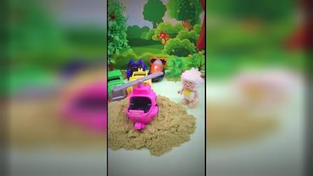 小羊羊挖到了什么玩具
