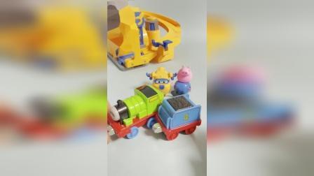 亲子趣事:向多多展示新玩具