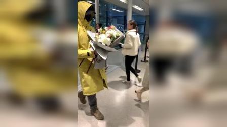 霍尊大侠,怎么在机场穿雨衣呀
