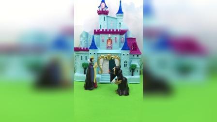 王后让巫婆抓白雪,巫婆不想伤害白雪,于是就骗王后说把白雪封印在糖里面了