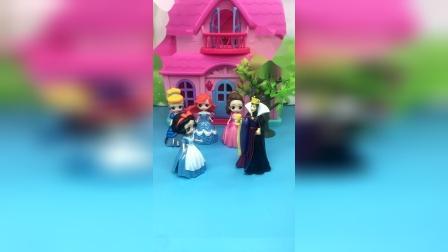 王后带着公主们去参加舞会,让白雪在家打扫卫生