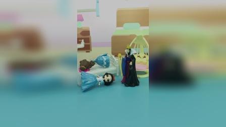 贝儿想一个人睡,让白雪睡在了地上,王后非常生气