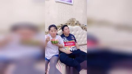 媳妇你就是这样喂我吃西瓜的吗?