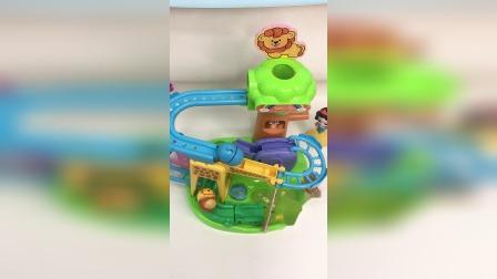 女孩子的快乐很简单,一个玩具就能开心一整天