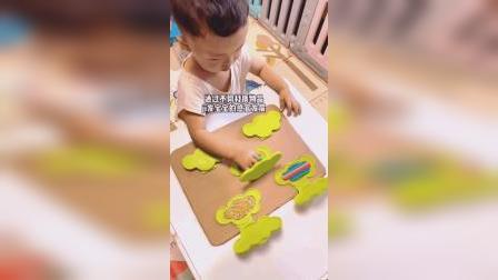 用湿纸巾盖子改装一个孩子玩具小桌子