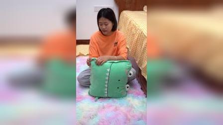 这个抱枕被不错,可以枕头可以靠背休息时打开就是被子,很舒服