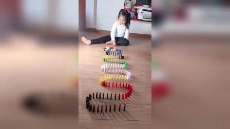 孩子很喜欢玩多米诺骨牌