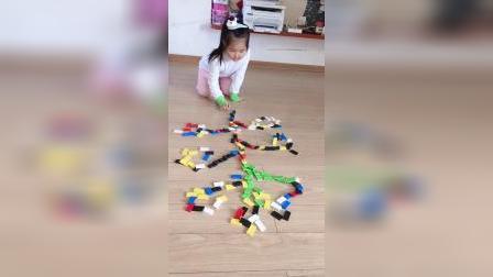 漂亮女儿喜欢玩多米诺骨牌