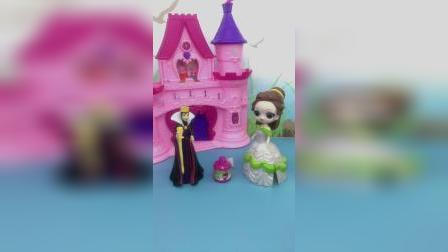 王后在白雪的香水了加了药水,贝儿却把香水换给了王后,王后自食恶果