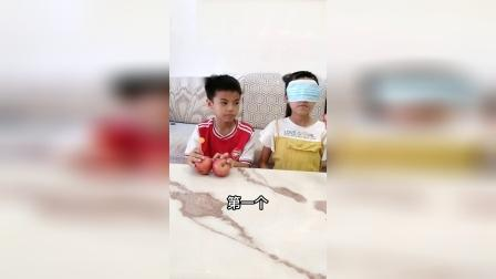 姐弟俩玩一个小游戏测出人心,弟弟还是心疼姐姐的