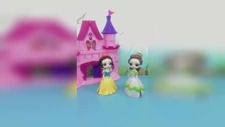 贝儿不服气王子喜欢白雪,让白雪故意扮丑,王子还是坚定不移的喜欢白雪