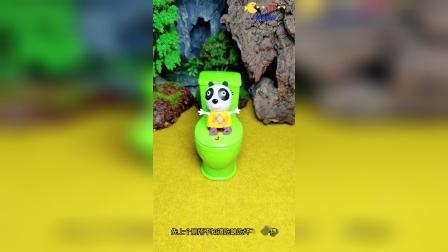 开心佩奇:小熊猫上厕所被小朋友们发现了