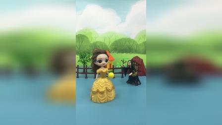 巫婆给贝儿施了魔法,让贝儿变成了小贝儿