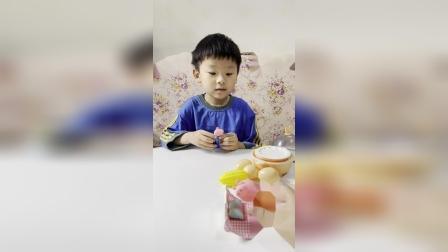 趣味童年:乔治发现猪妈妈生病了,学会自己做饭了