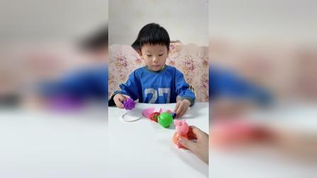 趣味童年:猪妈妈回到家,乔治正在给妈妈切水果呢