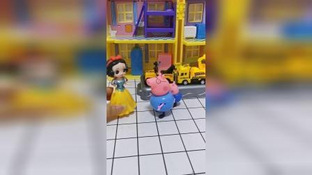 白雪公主卖玩具,猪爸爸给乔治买了工程车