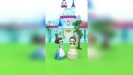 贝尔控制住了白雪,不让她去找王子