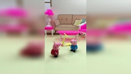 乔治玩滑板车摔倒了,佩奇鼓励乔治要坚强