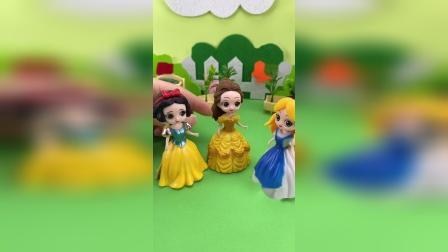 爱丽丝给白雪和贝儿做早餐