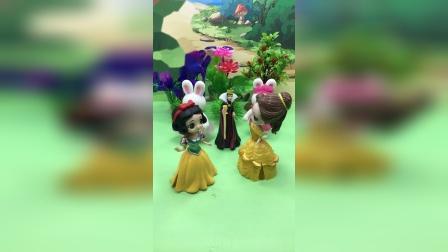 王后给贝儿和白雪买了礼物,原来是可爱的小兔子玩偶!
