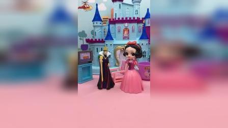 白雪买了件新裙子,想让王后看看,王后怎么一直让白雪去盛饭呢?