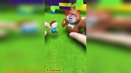 熊大帮助迷路的小男孩找到广场