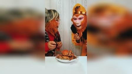 猴妈吃螃蟹 猴哥看的流口水