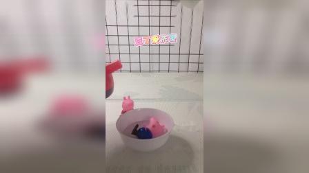童年趣事:乔治泡澡,佩奇姐姐烧水。