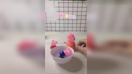 童年趣事:佩奇、乔治一起泡澡,好舒服呀!