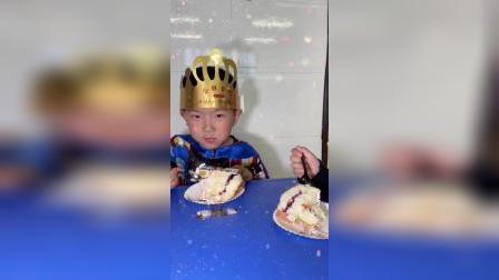 奥特曼在幼儿园给小朋友过生日囖