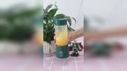 有了这个杯子大小的榨汁机,做杯果汁也就分分钟的事情