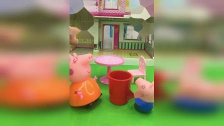 乔治给猪妈妈端水喝,猪妈妈夸乔治,乔治真乖!