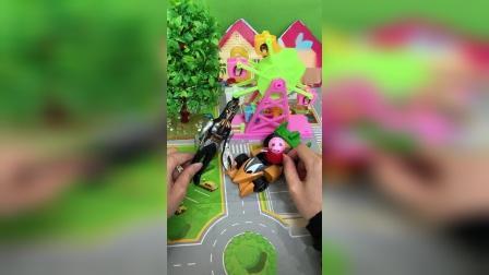 小猪佩奇:怪兽借走佩奇的车子了