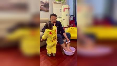 童年趣事:宝宝想吃香肠,爸爸非得让帮他洗脚才可以吃,这下好了