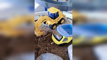 翻斗车帮爸爸拉沙子,挖掘机要向它学习
