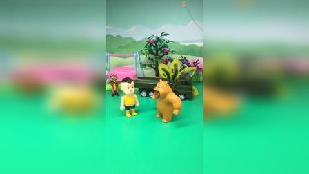 小强强打败僵尸,熊二请小强强喝蜂蜜咯