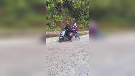 奥特曼:小孩和奥特曼在推车