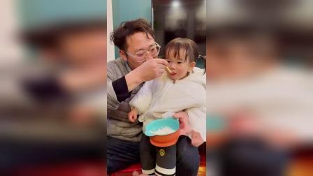 童年趣事:这两天天天吃面条不吃米饭,还是爸爸有办法啊